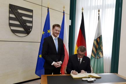 Český předseda vlády Andrej Babiš se podepisuje do pamětní knihy v budově Saské státní kanceláře před jednáním se saským premiérem Michaelem Kretschmerem (vlevo) 11. června 2018 v Drážďanech.