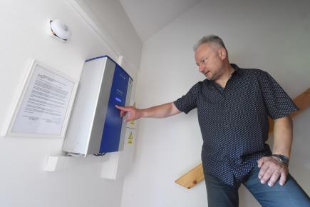 Majitel první solární elektrárny v Ostravě-Plesné Radovan Burkovič předvedl 30. května svůj dům, ve kterém napájí energií vyrobenou sluncem pračku i další elektrospotřebiče, ohřívá i čerpá vodu a také provozuje veřejnou dobíjecí stanici pro elektromobily. Na snímku Burkovič ukazuje fotovoltaický střídač.