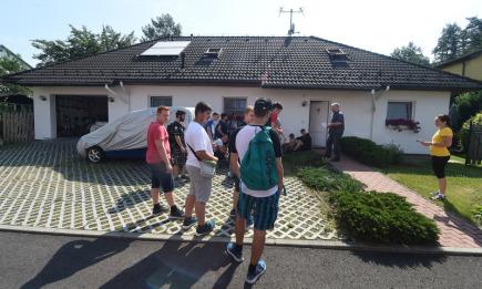 Majitel první solární elektrárny v Ostravě-Plesné Radovan Burkovič (vzadu druhý zprava) předvedl 30. května svůj dům, ve kterém napájí energií vyrobenou sluncem pračku i další elektrospotřebiče, ohřívá i čerpá vodu a také provozuje veřejnou dobíjecí stanici pro elektromobily.