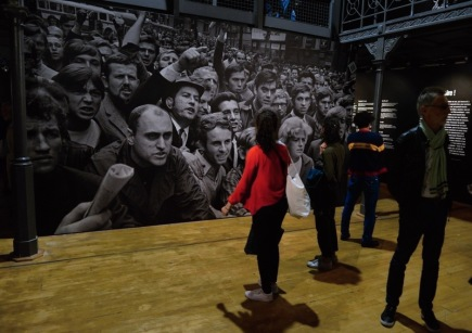 Návštěvníci si prohlížejí výstavu fotografa Josefa Koudelky Invasion Prague 68, která byla otevřena 13. června 2018 v bruselské galerii Botanique.