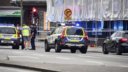 Nejméně čtyři lidi dnes večer v centru jihošvédského Malmö postřelil neznámý útočník. Na snímku policisté na místě střelby.