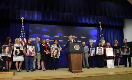 Americký prezident Donald Trump při setkání s rodinami obětí vražd spáchaných ilegálními přistěhovalci.