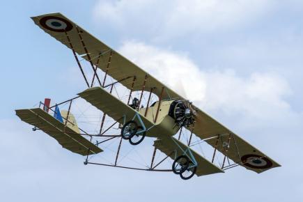 Zhruba 21 letových hodin trvala sedmdesátiletému aviatikovi Vladimíru Handlíkovi cesta z Česka do Francie a zpátky, kterou v uplynulých dnech zdolal na replice francouzského letounu Caudron G3 z roku 1913.