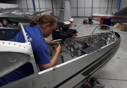 Přestavba kluzáků v provozu pražského výrobce kluzáků Blaník Aircraft.