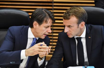Francouzský prezident Emmanuel Macron (vpravo) a italský premiér Giuseppe Conte na minisummitu EU v Bruselu.