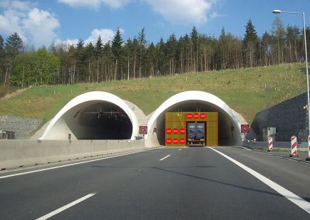 Vědci z Plzně, Prahy a Brna vyvinuli za čtyři roky prototyp bezpečnostní dopravní uzávěry. Řidiče odradí od toho, aby vjížděli do tunelu, kde vypukl požár, stala se nehoda nebo jiná mimořádná událost. Je z perforovaných lamel, které jsou nahoře uchycené v navíjecím válci. Ten je s pohonem uzavřen v kazetě, kterou lze snadno vložit do nosné konstrukce portálu tunelu. Na spuštěné lamely se mohou promítat značky, například STOP. Projekt SoftStop teď bude procházet zhruba roční certifikací a schvalováním úřady. Na snímku je vizualizace použití.