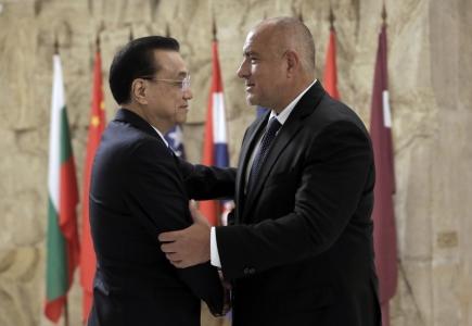 Bulharský premiér Bojko Borissov (vpravo) a jeho čínský protějšek Li Kche-čchiang na summitu v Sofii.