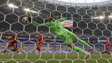 Čtvrtfinále fotbalového MS, utkání Švédsko - Anglie v Samaře. Brankář Anglie Jordan Pickford vyráží střelu Marcuse Berga ze Švédska.