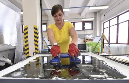 Sklárna Janštejn na Jihlavsku začíná vyrábět designové sklo ze střepů, které byly doposud jen odpadem z tradiční ruční výroby skleněných dílů ke svítidlům. Na snímku z 2. července odkládá pracovnice novou hotovou skleněnou desku ze střepů.