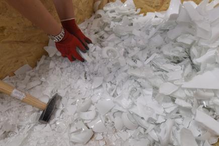 Sklárna Janštejn na Jihlavsku začíná vyrábět designové sklo ze střepů, které byly doposud jen odpadem z tradiční ruční výroby skleněných dílů ke svítidlům. Na snímku z 2. července střepy na výrobu desek.