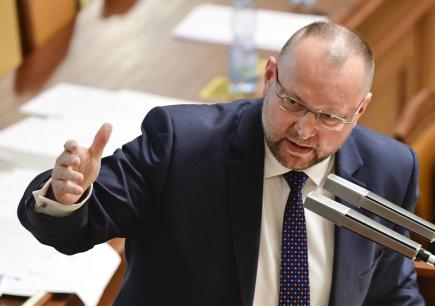 Do boje o předsedu lidovců se hlásí šéf sněmovního klubu Bartošek