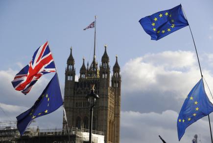 Britská města musejí kvůli penězům z EU i po brexitu vyvěsit unijní vlajku