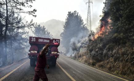 Počet obětí požárů se v Turecku zvýšil na osm, s ohni bojují v Řecku a Itálii
