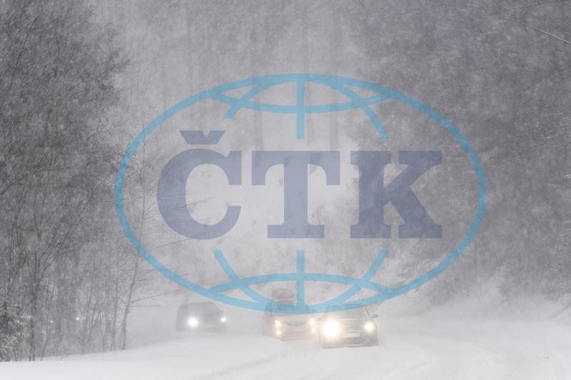 272636a41 Na silnicích v Královéhradeckém kraji leží ujetý či rozbředlý sníh. Ve  vyšších polohách Krkonoš hrozí kvůli silnému ...