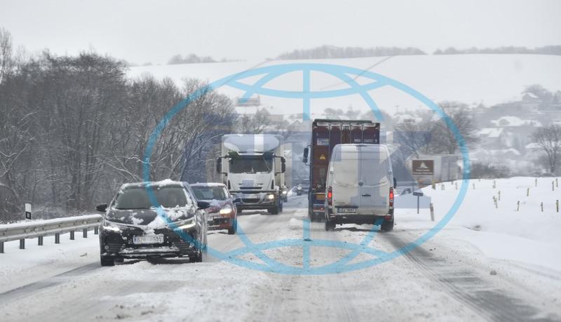 6f64cd611 Sníh komplikuje dopravu, řidiči by neměli jezdit do Krušných hor ...