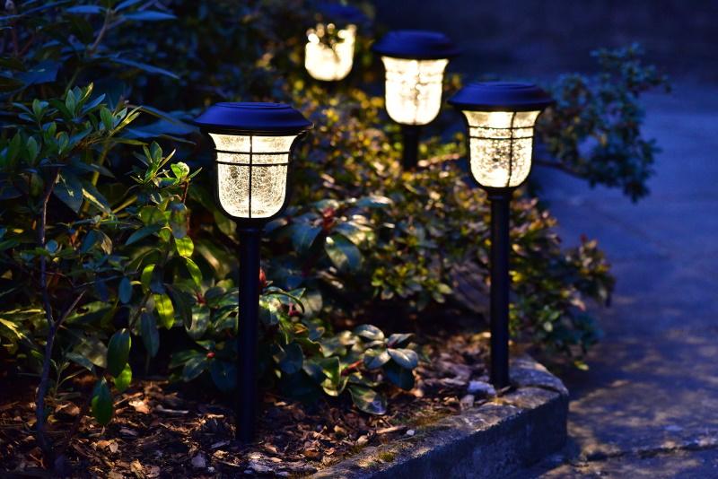 Nepodceňujte bezpečnost domů a zahrad, osvětlete si chodník nebo příjezdovou cestu