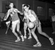 Jiří Zídek starší (vlevo) během utkání ČSSR - Polsko v košíkové v Olomouci.