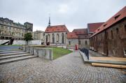 Po téměř dvou letech dokončila Národní galerie v Praze projekt revitalizace své nejstarší budovy - Kláštera sv. Anežky České. Zahrady kláštera ožívají novým mobiliářem a téměř dvěma desítkami sochařských děl současných autorů. Na snímku z 25. října je pohled do zahrady Za svatyněmi.