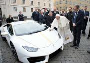 Papež František od italské automobilky obdržel unikátní bílý model vozu Lamborghini Huracán.