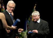 Pomocný biskup pražský, publicista a aktivista Václav Malý (vpravo) převzal 25. února v Praze cenu Rytíř české kultury, které mu udělil ve spolupráci s projektem Mene Tekel ministr kultury Ilja Šmíd (vlevo).