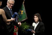 Historička a spisovatelka Zora Dvořáková převzala 25. února v Praze cenu Dáma české kultury, kterou jí udělil ve spolupráci s projektem Mene Tekel ministr kultury Ilja Šmíd (vlevo).