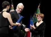Dramatička Helena Albertová převzala 25. února v Praze cenu Dáma české kultury které udělil ve spolupráci s projektem Mene Tekel ministr kultury Ilja Šmíd (vlevo).