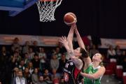 Final Four Českého poháru basketbalistek: Hradec Králové - KP Brno, 26. února v Nymburku. Renáta Březinová (vlevo) z Hradce Králové a Monika Satoranská z Brna.