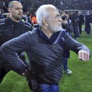 Majitel fotbalistů PAOK Soluň Ivan Savvidis přichází v závěru duelu proti AEK na trávník s revolverem u pasu.