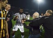 Na majitele fotbalistů PAOK Soluň Ivana Savvidise (druhý zprava), jenž si v duelu proti AEK došel pro rozhodčího na trávník s revolverem u pasu, byl vydán zatykač.