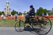 Žena v kostýmu Berthy Benzové na vozidle Benz Patent-Motorwagen, 28. dubna 2018 na přehlídce historických automobilů a motocyklů Grand Veteran v areálu bohnické psychiatrické léčebny.