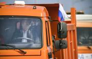 Ruský prezident Vladimir Putin dnes za volantem kamionu a v přímém přenosu státních televizí otevřel Krymský most, spojující ruskou pevninu s anektovaným Krymem.