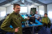 Čáslavská letecká základna hostí účastníky mezinárodního cvičení Sky Avenger 2018, které začalo v pondělí 18. června 2018 a potrvá do pátku 29. června. Účastníci v rámci akce cvičí například vzdušný boj mezi letouny JAS-39 Gripen a F-16 Fighting Falcon nebo tankování za letu. Na snímku z 27. června je řídící celého cvičení Jaroslav Míka (vlevo) při prohlídce velitelského stanoviště.