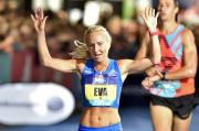 Česká závodnice Eva Vrabcová-Nývltová dobíhá do cíle desetikilometrového silničního závodu Grand Prix, který se běžel 8. září 2018 v centru Prahy.