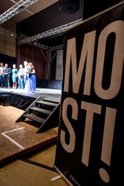 V ústeckém Veřejném sále Hraničář se 30. října 2018 konala předpremiéra nového komediálního seriálu MOST! scénáristy Petra Kolečka a režiséra Jana Prušinovského. Seriál se natáčel hlavně v Mostě.