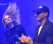 Andrea Verešová (vlevo) a Roman Šebrle předvádějí společnou choreografii celkem 2135 tanečníkům, kteří 10. listopadu 2018 na festivalu zábavy Life! na brněnském výstavišti překonali rekord v počtu tančících v jednu chvíli na jednom místě. Pokořili tak loňský rekord s 2052 lidmi.