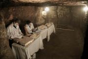 Archeologové (na snímku) v Egyptě objevili sedm hrobek, které obsahovaly desítky mumií koček  spolu s dřevěnými sochami zobrazujícími další zvířata a ptáky.
