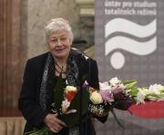 Dokumentaristka Kristina Vlachová převzala 12. listopadu 2018 v sídle Senátu v Praze cenu Ústavu pro studium totalitních režimů (ÚSTR) za mimořádný přínos k reflexi novodobých dějin.