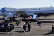 Rakev se zesnulým exprezidentem Georgem Bushem starším odletěla na palubě Air Force One z Houstonu do Washingtonu.