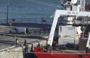 Pátrací tým se chystá převézt z lodi do dodávky tělo z vraku letadla, v němž cestoval fotbalista Emiliano Sala společně s pilotem.