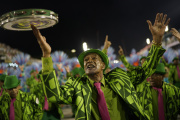 Karneval v brazilském Riu de Janeiro. Na snímku jeden z členů skupiny Mangueira.