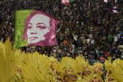 Soutěž škol samby v brazilském Riu de Janeiro. Na snímku je fotografie radní Ria Marielle Francové, které vzdala hold vítězná škola samby Mangueira.