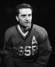 Ve věku 85 zemřel bývalý slovenský hokejista a trenér Ján Starší (na snímku z roku 1961), jenž dovedl s Karlem Gutem v letech 1976 a 1977 Československo k titulům na MS.