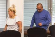 Na snímku jsou Darina Rigová (vlevo) a Karel Ádám  (na snímku z 19. července 2019), obžalovaní z obchodu s lidmi ve Velké Británii, přicházejí do soudní síně Krajského soudu v Ústí nad Labem.