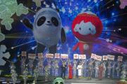 Maskotem zimní olympiády v Pekingu je panda v ledovém obleku (vlevo) a lampionové dítě zase maskotem paralympiády.