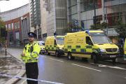 Policisté hlídkují před nákupním centrem v britském Manchesteru, kde bylo několik lidí pobodáno.
