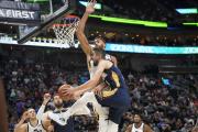 Basketbalista New Orleans Tomáš Satoranský (vpředu) se snaží dát koš, brání mu v tom Rudy Gobert z Utahu.
