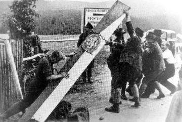 Hranice Československa a Německa - odstraňování hraničního sloupu mezi ČSR a Německem v době mnichovské dohody.