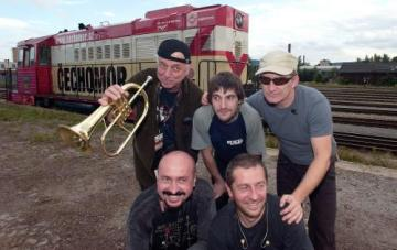 Skupina Čechomor zahájila 21. srpna 2006 na nádraží v Turnově na Semilsku koncertní sérii nazvanou Vlak Tour. Zleva nahoře Radek Pobořil, Roman Lomtadze a František Černý, dole Michal Pavlík a Karel Holas.