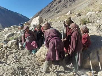 Vesničané připravují kameny pro stavbu školy pro vesnici Kargyak.