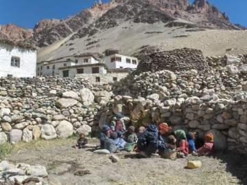 Děti z vesnice Kargyak v indickém Himálaji se učí pod širým nebem.